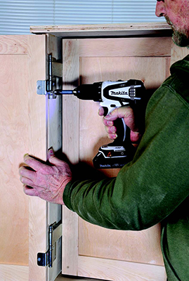 Installing tandem hinges on tool cabinet door and casework
