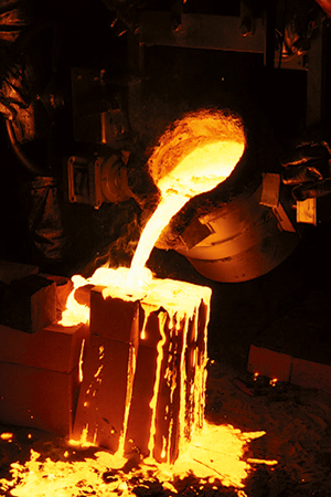 Pouring molten steel into a blade template