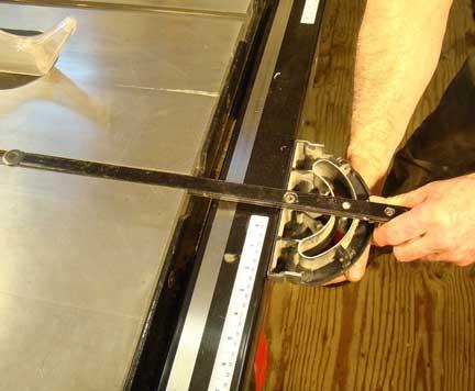 Setting table saw miter gauge