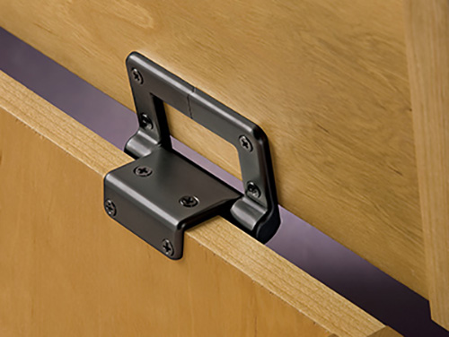 A torsion hinge holds the lid of a chest open
